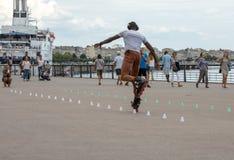 Конькобежец ролика выполняет акробатику в Quai Луис XVIII в Бордо, Франции стоковые фото