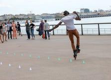 Конькобежец ролика выполняет акробатику в Quai Луис XVIII в Бордо, Франции стоковое изображение rf