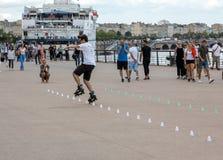 Конькобежец ролика выполняет акробатику в Quai Луис XVIII в Бордо, Франции стоковая фотография rf