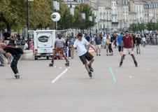 Конькобежец ролика выполняет акробатику в Quai Луис XVIII в Бордо, Франции стоковые изображения