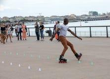 Конькобежец ролика выполняет акробатику в Quai Луис XVIII в Бордо, Франции стоковая фотография