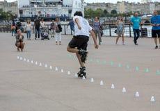 Конькобежец ролика выполняет акробатику в Quai Луис XVIII в Бордо, Франции стоковое фото