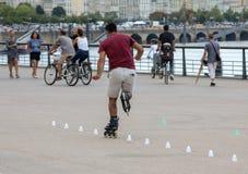 Конькобежец ролика выполняет акробатику в Quai Луис XVIII в Бордо, Франции стоковое фото rf