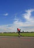 конькобежец ролика riding мальчика катается на коньках детеныши Стоковое фото RF