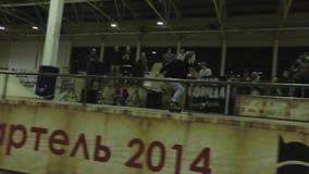 Конькобежец ролика делает высокий прыжок, ногу самосхвата в воздухе трамплин опасно Конкуренция в skatepark сток-видео