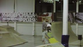 Конькобежец ролика делает высоким прыжком несколько сальто в воздухе смелости Конкуренция в skatepark скорость диско предпосылки  акции видеоматериалы
