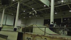 Конькобежец ролика делает несколько сальто в воздухе, получает расслоину трамплин опасно Конкуренция в skatepark видеоматериал