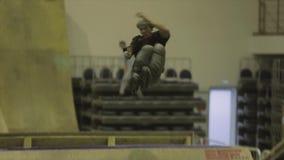 Конькобежец ролика делает сальто 3 в воздухе, получает расслоину трамплин опасно Конкуренция в skatepark видеоматериал