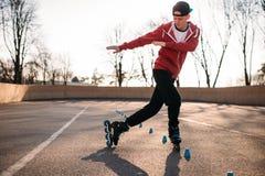 Конькобежец ролика едет змейка, тренировка скорости Стоковое Фото