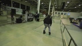 Конькобежец ролика скачет нога самосхвата в воздухе Крен на загородке трамплин опасно Конкуренция в skatepark акции видеоматериалы