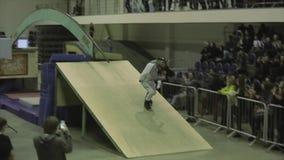 Конькобежец ролика с идет pro в головном крене на своде между трамплинами Конкуренция в skatepark акции видеоматериалы
