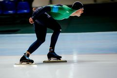 конькобежец скорости спортсмена молодого человека взгляда со стороны Стоковое Изображение RF
