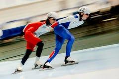 конькобежцы состязаются в старте 2 женщин массовом Стоковая Фотография