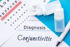 Конюнктивит диагноза офтальмологии Диаграмма глаза Snellen, 2 бутылки лекарств падений глаза лежа на тетради с inscri Стоковые Фото