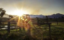 Конюшни оправой захода солнца сценарной, Квинслендом, Австралией Стоковая Фотография