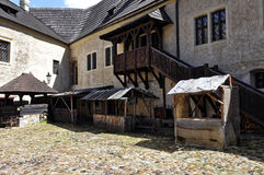 Конюшни лошади и деревянные шаги к первому этажу Стоковое Изображение
