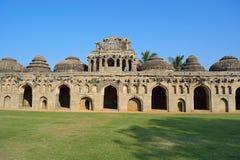 Конюшни слона 11 приданных куполообразную форму камер для королевских слонов Памятники Hampi, Karnataka Стоковое Изображение RF