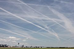 Конденсационные следы в небе Стоковая Фотография
