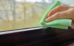 Конденсация воды чистки на окне стоковая фотография rf