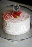Кондитер отрезал торт Торт югурта клубники Состоит из тортов губки масла, покрытых с основанным на сливк живите Стоковые Изображения