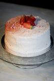Кондитер отрезал торт Торт югурта клубники Состоит из тортов губки масла, покрытых с основанным на сливк живите Стоковые Фотографии RF
