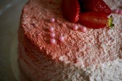 Кондитер отрезал торт Торт югурта клубники Состоит из тортов губки масла, покрытых с основанным на сливк живите Стоковое фото RF