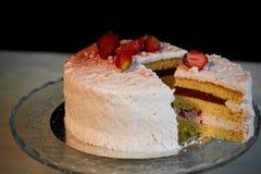 Кондитер отрезал торт Торт югурта клубники Состоит из тортов губки масла, покрытых с основанным на сливк живите Стоковая Фотография