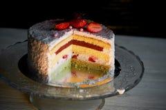 Кондитер отрезал торт Торт югурта клубники Состоит из тортов губки масла, покрытых с основанным на сливк живите Стоковое Изображение