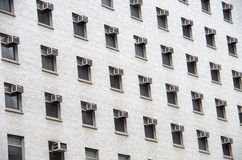 Кондиционеры воздуха ставят точки городское здание Стоковое фото RF