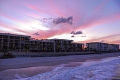 Кондоминиумы пляжа передние на заходе солнца Стоковое фото RF