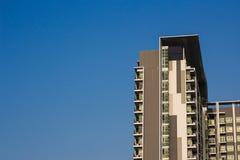 Кондоминиум или жилой дом с небом Стоковое Фото