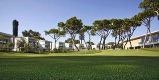 Кондо общины выхода на пенсию на поле для гольфа курорта Стоковые Фото