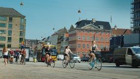 Копенгаген, Дания, июль 2018: Живая улица в центральной части Копенгагена, вдоль пути велосипеда, группа в составе сток-видео