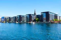 Копенгаген, Дания - 9-ое июля 2018 Красивая современная архитектура Копенгагена на банке канала зодчество стоковые изображения rf