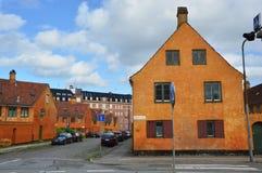 КОПЕНГАГЕН, ДАНИЯ - 31-ОЕ МАЯ 2017: желтые дома в районе Nyboder, историческом районе дома строки бывших военноморских казарм Стоковые Изображения