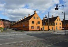 КОПЕНГАГЕН, ДАНИЯ - 31-ОЕ МАЯ 2017: желтые дома в районе Nyboder, историческом районе дома строки бывших военноморских казарм в п Стоковое фото RF