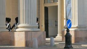 Копенгаген, Дания - октябрь 2017: выпускные экзамены церемонии изменять датских королевских предохранителей на дворце Amalienborg видеоматериал