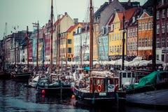 КОПЕНГАГЕН: Яхта в береге моря Копенгагена в лете Nyhavn старые портовый район и район канала Стоковые Фото