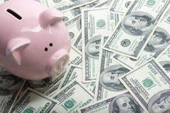 Копилка и деньги наличных денег доллара концепция дела, финансов, вклада, сбережений и коррупции Стоковое Изображение