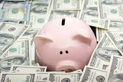 Копилка и деньги наличных денег доллара концепция дела, финансов, вклада, сбережений и коррупции Стоковые Фотографии RF