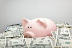 Копилка и деньги наличных денег доллара концепция дела, финансов, вклада, сбережений и коррупции Стоковая Фотография