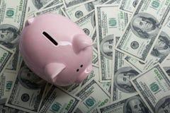 Копилка и деньги наличных денег доллара концепция дела, финансов, вклада, сбережений и коррупции Стоковое фото RF