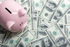 Копилка и деньги наличных денег доллара концепция дела, финансов, вклада, сбережений и коррупции Стоковое Изображение RF