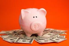Копилка и деньги наличных денег доллара концепция дела, финансов, вклада, сбережений и коррупции Стоковые Изображения RF