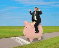 Копилка катания человека успеха финансового планирования выхода на пенсию вполне денег стоковая фотография