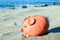 Копилка на пляже песка Стоковое Изображение