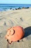 Копилка на пляже песка Стоковая Фотография