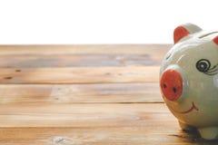 Копилка на старом деревянном поле идеи о сохраняя деньгах для использования в будущем стоковые изображения