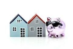 Копилка при дом и стог монеток, сохраняя для того чтобы купить дом, Стоковые Фото