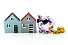Копилка при дом и стог монеток, сохраняя для того чтобы купить дом, Стоковая Фотография